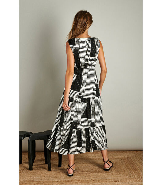 Vrouwelijke maxi jurk in een trendy patroon