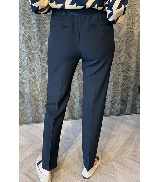 Pantalon noir avec des jambes de pantalon assez étroit