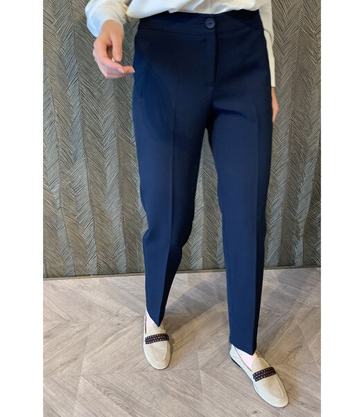 Pantalon bleu foncé avec des jambes de pantalon assez ét