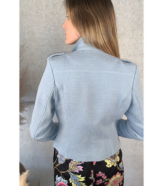 Mooi gecentreerd lichtblauw jasje
